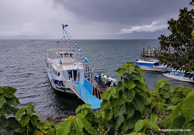 Lanchas que fazem transporte regular entre os povoados do Lago de Atitlán, Guatemala