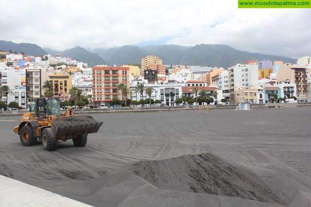 El Ayuntamiento Santa Cruz de La Palma acondiciona los accesos y el espigón sur de la playa eliminando la acumulación de arena