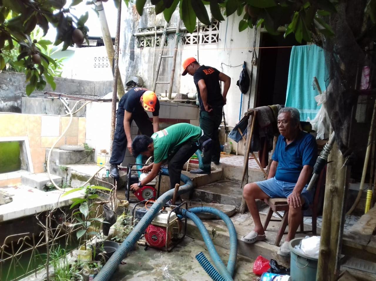 Pasca Banjir Air Keruh dan Bau, WMI Kuras Sumur Warga Sawah Lebar Kota Bengkulu