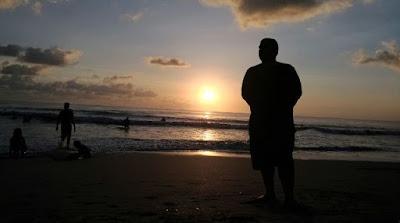 Panggilan Mesra Pawang Laut kepada Pemakai Underware di Pantai Kuta Bali