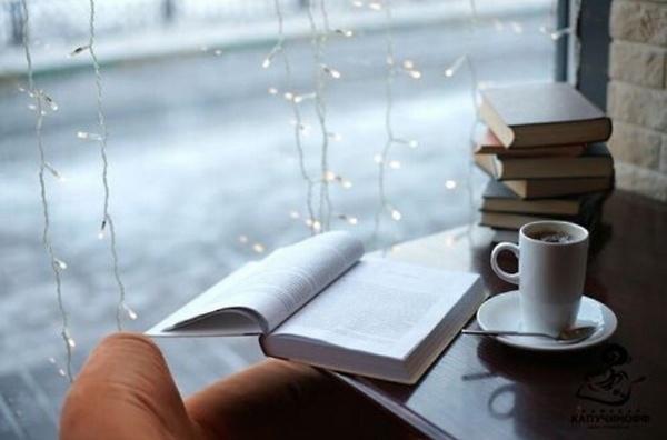 Membaca Buku Kala Hujan