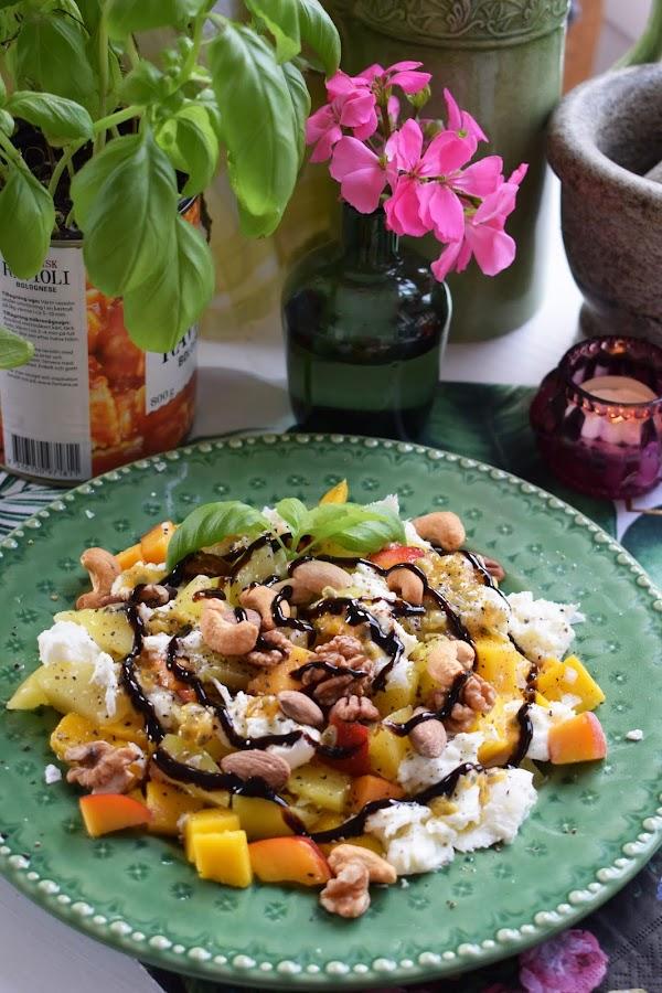Fruktsallad med buffelmozzarella och nötter