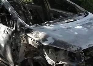 Mulher ateia fogo no carro do ex-namorado, veículo explode e ela e o filho ficam feridos na Serra