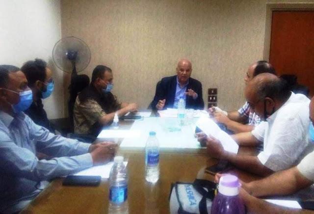 سكرتير عام سوهاج يعقد اجتماعا لمناقشة رصف بعض الطرق ضمن خطة وزارة النقل