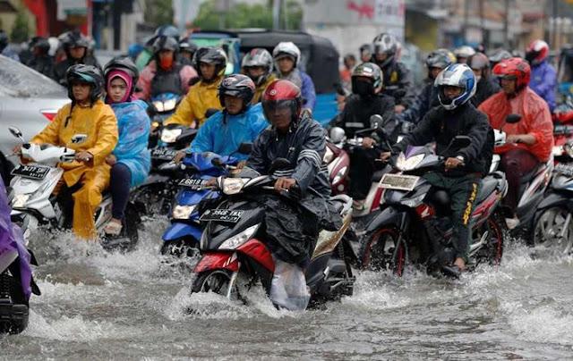 4 Tips Aman Berkendara saat Musim Hujan untuk Pengendara Motor