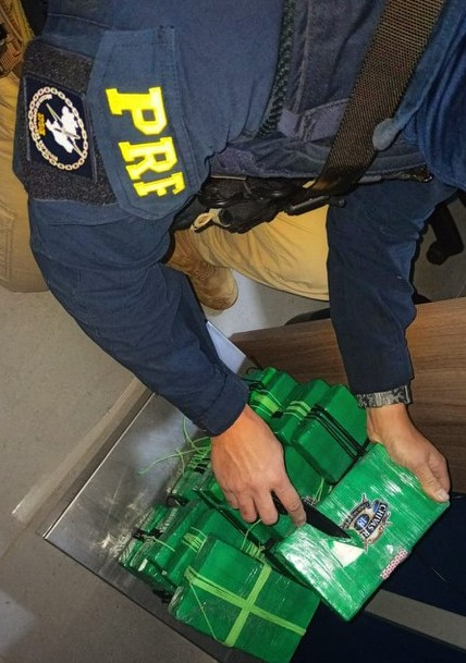"""PRF apreende mais de 20 quilos de cocaína em carro disfarçado de """"família"""""""