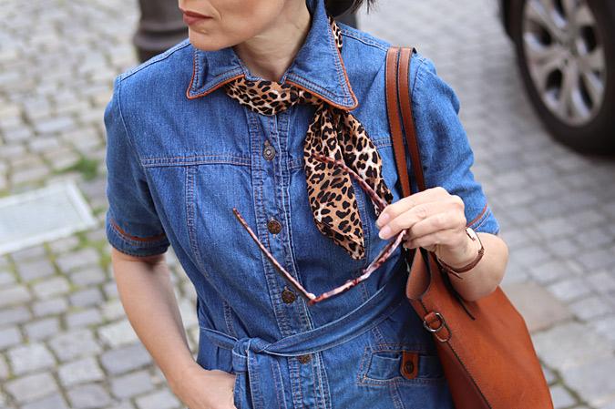 jakie dodatki do jeansowej sukienki