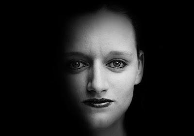 Face de mulher na sombra em preto e branco