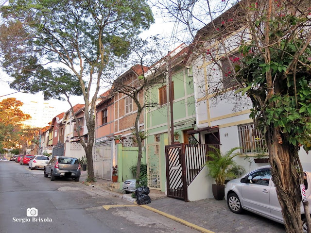 Vista ampla de um conjunto de Casas estilo Inglês na Rua Francisco Aquarone - Vila Clementino - São Paulo