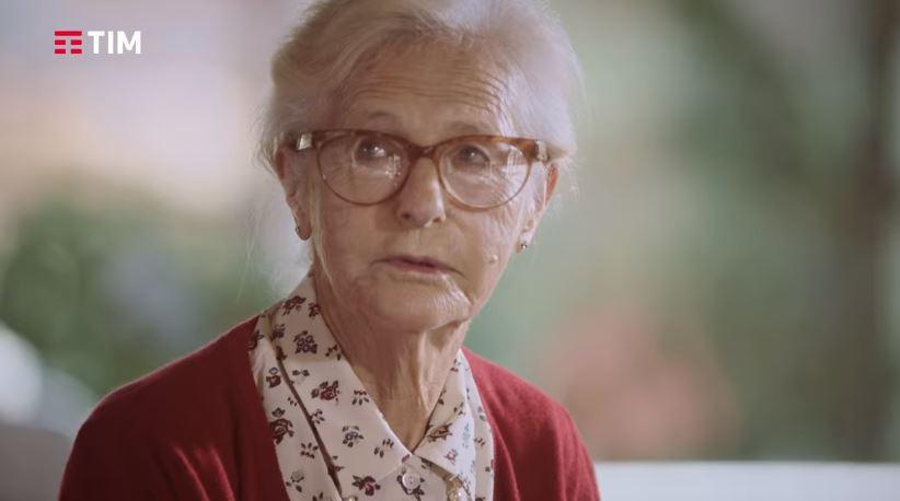 Nome modello e modella TIM con Nonna con l'aspirapolvere con Foto - Testimonial Spot Pubblicitario TIM 2016