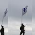 Aγρότης - εθνοφύλακας ανέβηκε στην κορυφή υψώματος στον Τριεθνές και ατένισε με περηφάνεια την ιστορική σημαία της Μάνης κατά την επανάσταση του 1821
