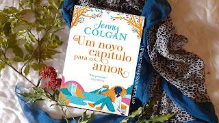 Livro sobre lenços e flores na mesa