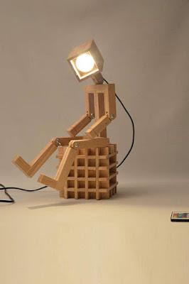 lamparas hechas con madera hombre sentado