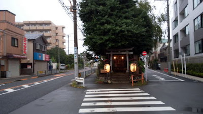 塚交差点側から見た神社