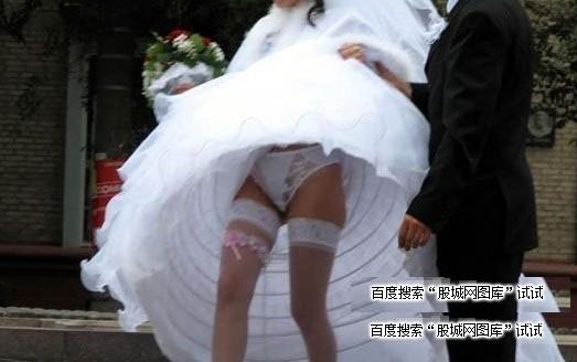 минуту как подглядел под юбкой на свадьбах ведь