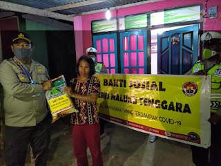 Kapolres Maluku Tenggara AKBP Alfaris Pattiwael S.Ik saat membagikan paket sembako kepada warga