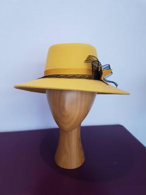 Capeline plate feutre de laine mérinos jaune moutarde clair