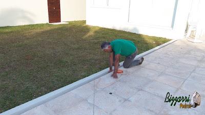 Bizzarri, da Bizzarri Pedras, visitando uma obra em condomínio em Atibaia-SP, onde estamos fazendo os trabalhos com pedra. Na foto, olhando uma canaleta para captação da água da chuva onde vamos encher com o seixo do rio da cor bege. 11 de maio de 2017.