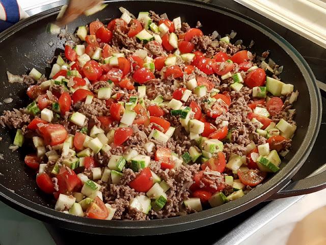 Rezept für schnelle Zucchini-Tomaten-Hack-Pfanne mit Feta. Gesund und eine praktische Verwertungsmöglichkeit für Zucchini!