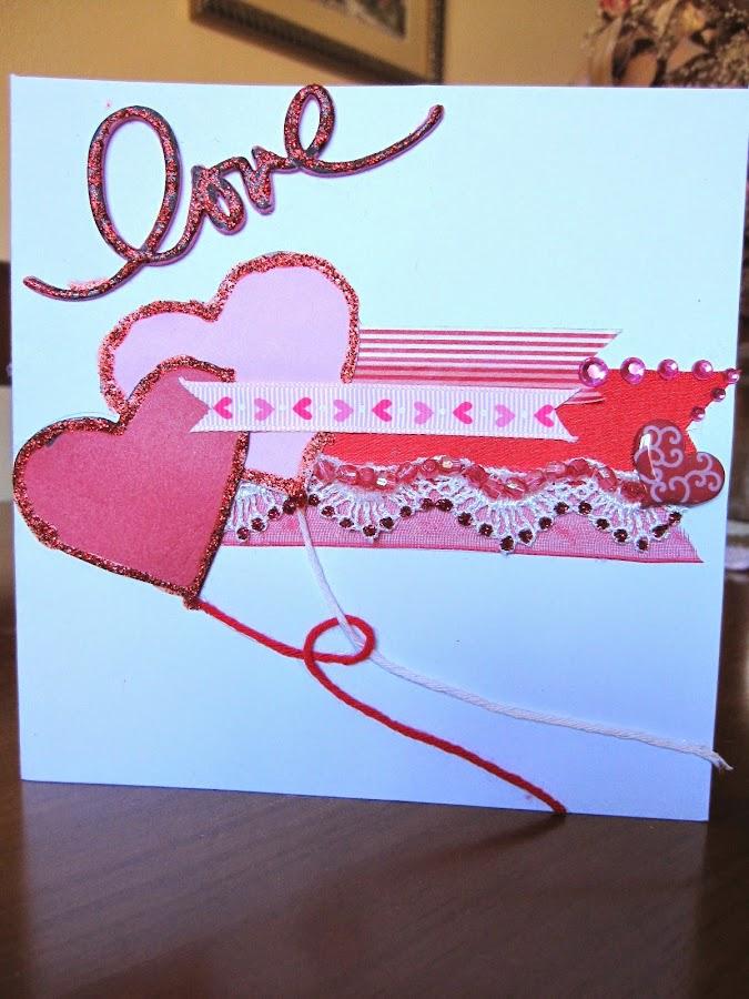 tarjeta scrapbooking de San Valentín en rojo y rosa con dos corazones en forma de corazón entrelazados y la palabra Love