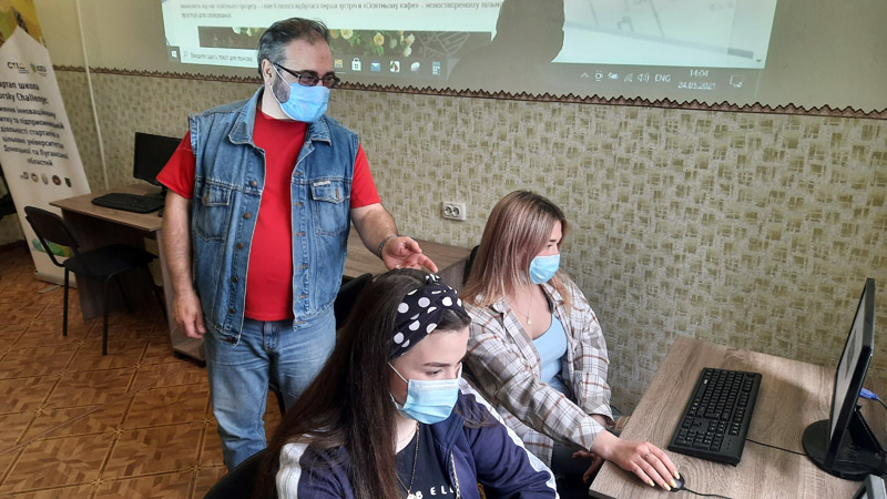 Валерій Пичко читає лекцію у Старобільську