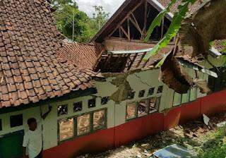 Dua Bangunan Sekolah Dasar Di Cianjur Ambruk