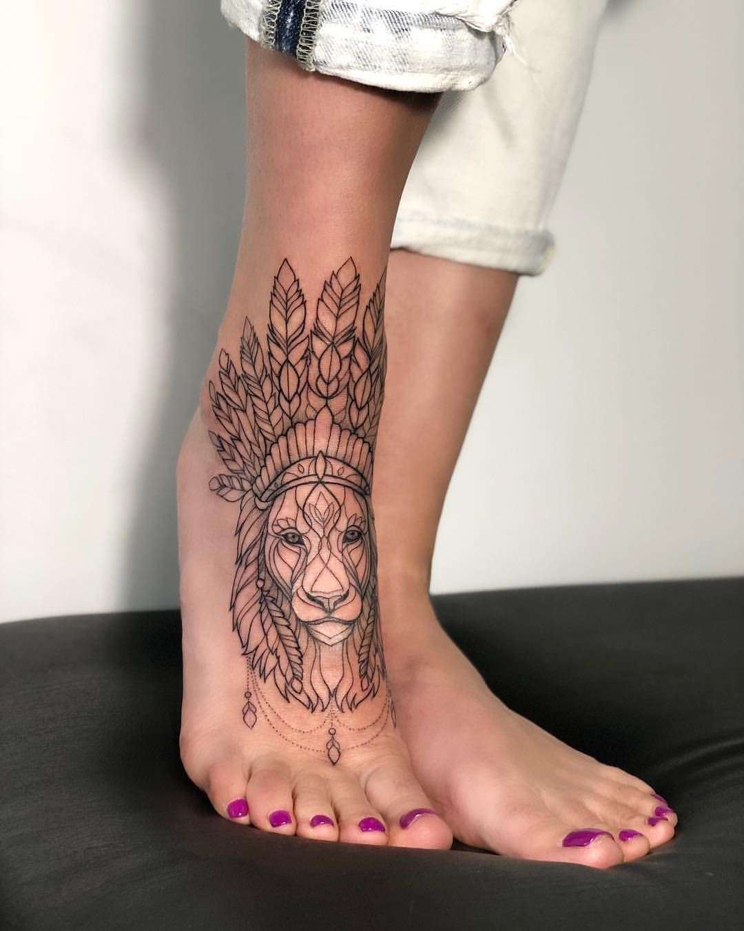 Tatuaje de león pie mujer