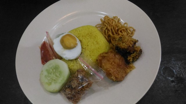 Nasi Kuning;Kuliner Nusantara: Nikmatnya Lima Menu Kuliner Jawa Timur;
