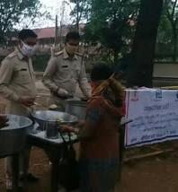 police-serving-food-in-lock-down