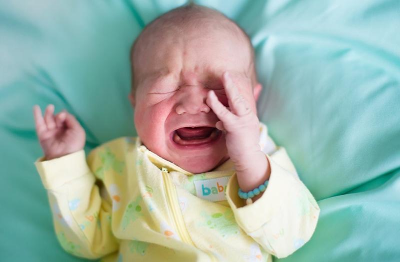 Bebeğiniz uykudan ağlayarak uyanıyorsa kulak enfeksiyonu olabilir!