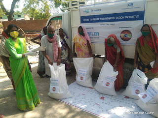 #JaunpurLive : जरूरतमंदों को दिया गया खाद्यान्न और धान के बीज