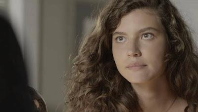 Rita (Alanis Guillen) procura defensor público para saber seus direitos sobre a sua filha, na novela 'Malhação - Toda Forma de Amar' — Foto: Globo