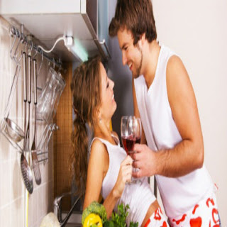 casal-namorando-na-cozinha