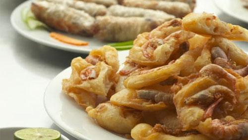 Untuk kue ikan terbaik di Hanoi, pergilah ke Thanh Nien Street. Christina Choi / CNN