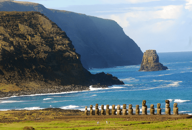 The moai, the old guardians of Easter Island, did not serve as protection this time: the coronavirus has also arrived there, in one of the most remote inhabited places on the planet. More than 3,500 kilometers from the coasts of the American continent, Rapa Nui - its ancestral name, a tiny point on the vast map of the Pacific water, this week recorded its first case of covid-19.