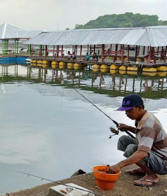 Foto memancing di danau ranu grati pasuruan.