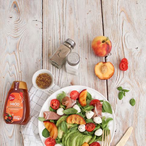 Sałatka z grillowaną brzoskwinią, mozarellą, roszponką, szynką parmeńską, awokado i sosem miodowo-musztardowym