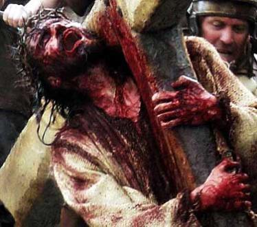 """Cena do Filme """"A Paixão de Cristo"""" - Jesus carregando a Cruz"""