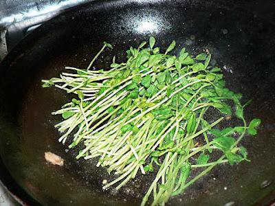 豆苗を炒める