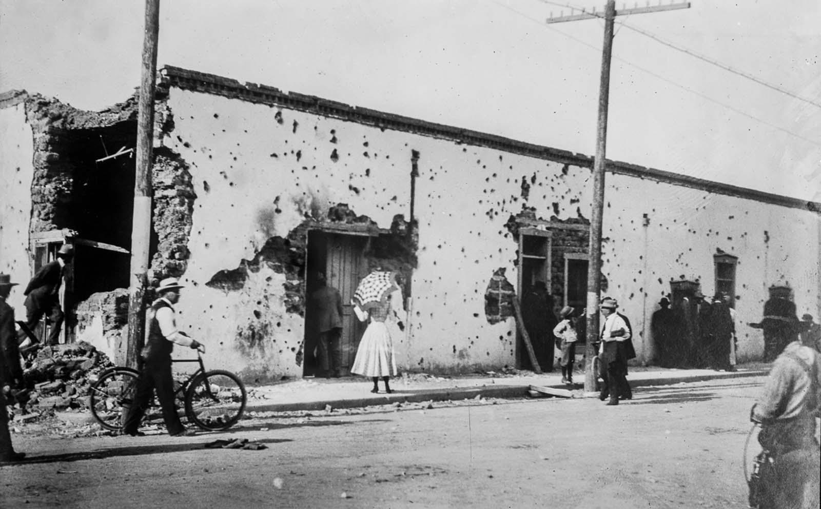 Ciudad Juárez residents explore a battle-damaged street.