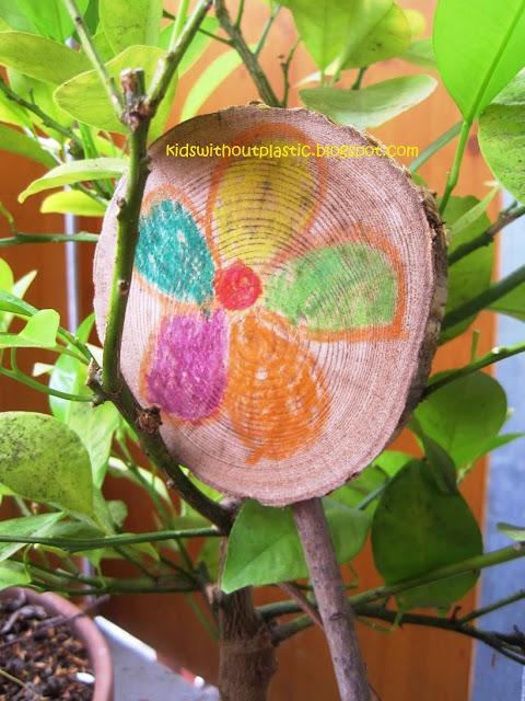 kwiatki malowane kredkami świecowymi na drewnie