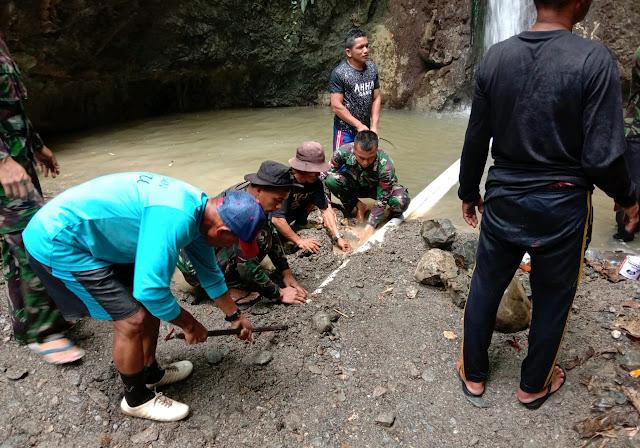 Satgas Pamrahwan Maluku Yonif RK 136/TS Bantu Warga Memasang Pipa Saluran Air