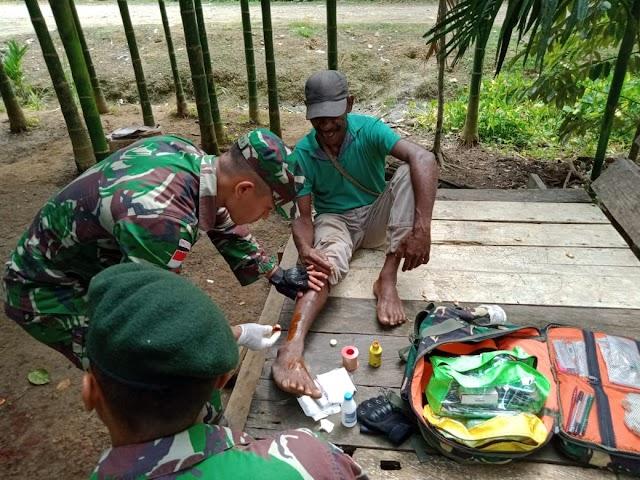 Peduli Kesehatan Masyarakat, Satgas Raider 300 Memberikan Pengobatan