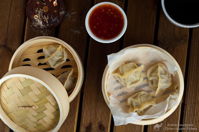 Tradycyjne chińskie pierożki jiaozi gotowane na parze