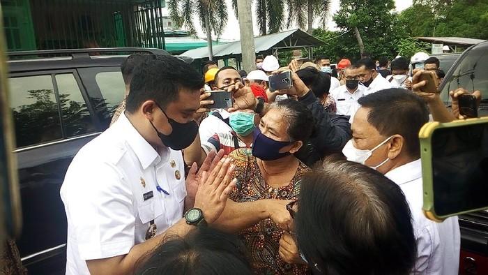 Temui Pedagang Eks Pajak Aksara, Eh Bobby Diteriaki 'Gubernur' oleh Warga