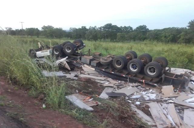 Um Motorista morreu após caminhão carregado com móveis capotar na BR-135 em Corrente