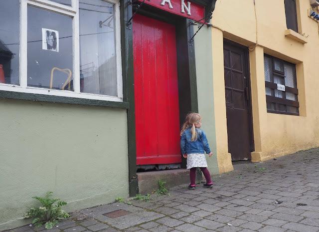 Killorglin, Pupuset mekko, punainen ovi