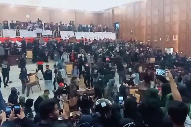 Mahasiswa Duduki Kantor DPRD Sinjai Saat Gelar Demonstrasi - BONE TERKINI