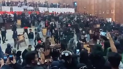 Mahasiswa Duduki Kantor DPRD Sinjai Saat Gelar Demonstrasi