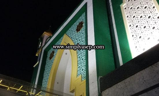 KUBAH HIJAU :  Dari kegelapan saja kubahnya masjid ini berwarna hijau tua dan dinding batu alam granit putih abu-abu yang membuat bangunan Masjid Ikhwanul Mukminin ini terlihat benar benar megah,(22/6).  Foto Asep Haryono